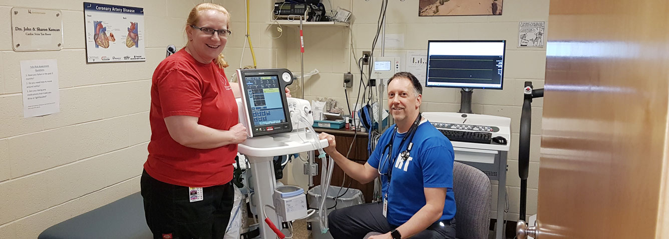 Registered Respiratory Therapists with a ventilator